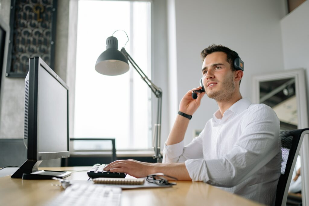 IT specialist helping client